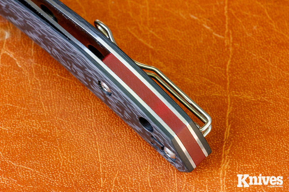 The Kapara's red spacer is a tribute to the Australian spider from which the knife derives its name.
